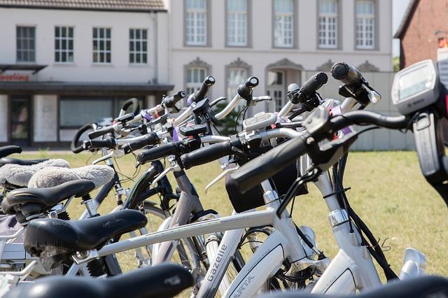 אופניים חשמליים וקורקינטים