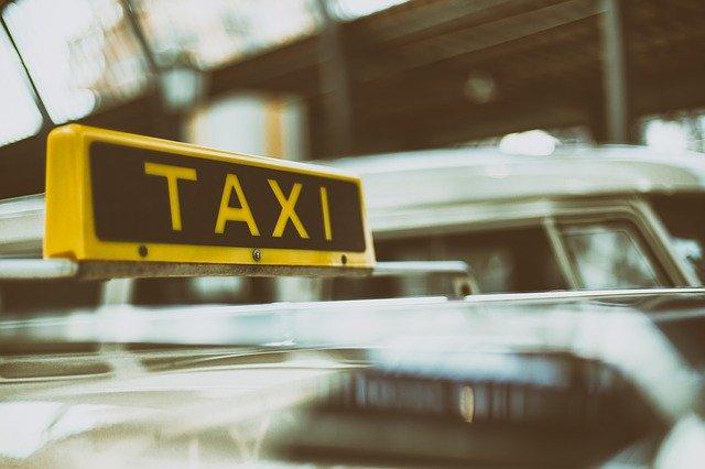 מוניות לשדה התעופה – איך מזמינים שירות הסעות עבור תיירים
